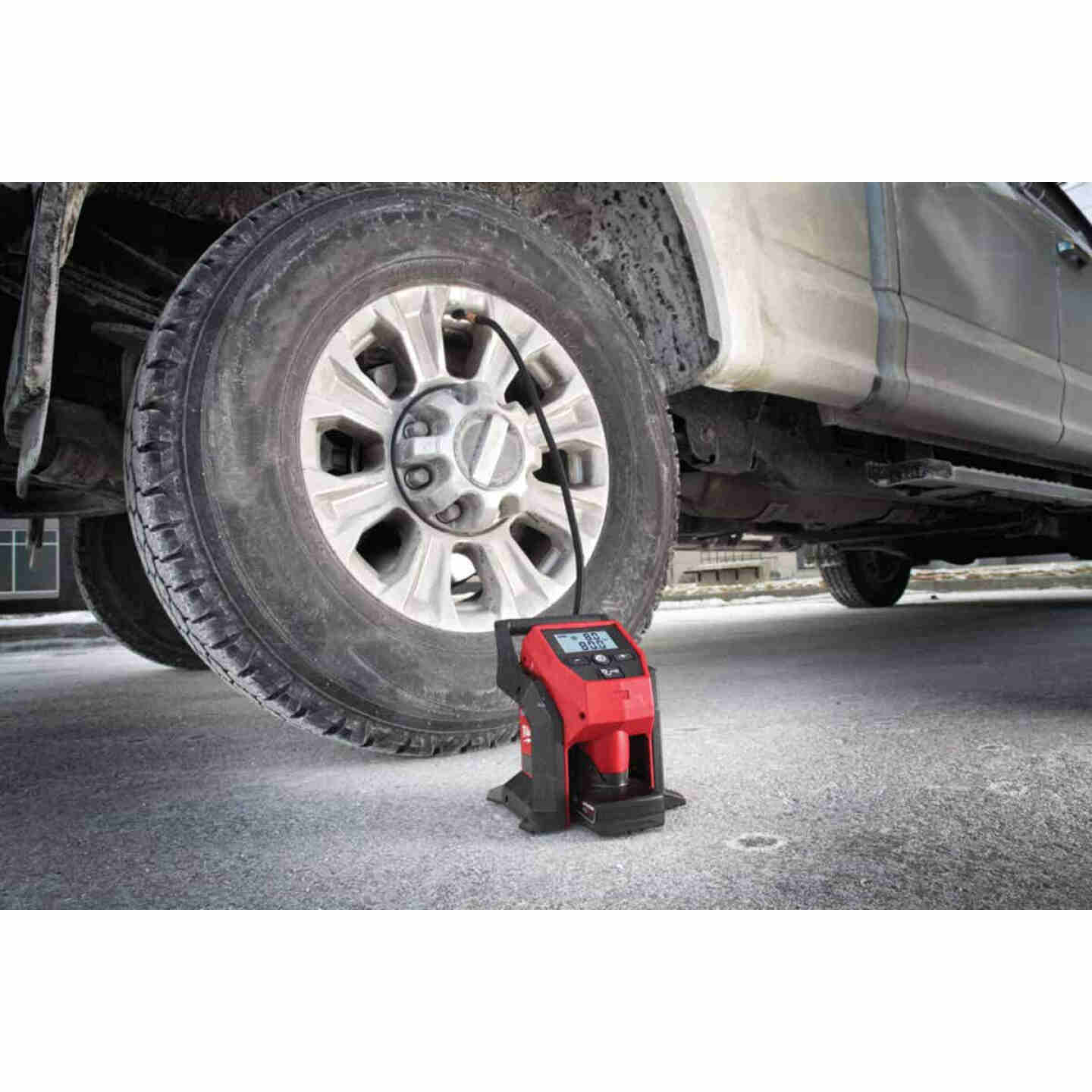 Milwaukee M12 12 Volt Lithium-Ion 120 psi Compact Cordless Inflator (Bare Tool) Image 2